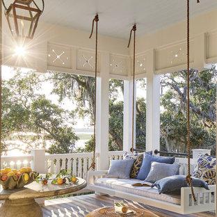 Exemple d'un porche bord de mer avec une terrasse en bois et une extension de toiture.