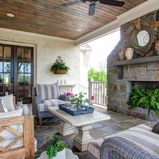 Imagen de terraza tradicional, de tamaño medio, en anexo de casas y patio trasero, con brasero y adoquines de piedra natural