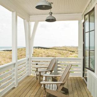 Imagen de terraza costera, en anexo de casas, con entablado