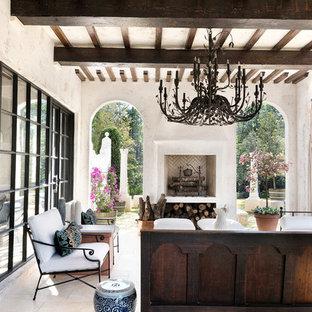 Свежая идея для дизайна: большая веранда на заднем дворе в средиземноморском стиле с местом для костра - отличное фото интерьера