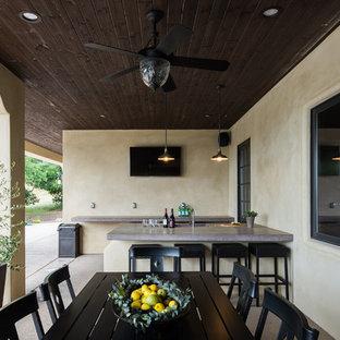 Ispirazione per un portico mediterraneo dietro casa con lastre di cemento e un tetto a sbalzo