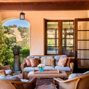 Immagine di un portico mediterraneo con un giardino in vaso e un tetto a sbalzo