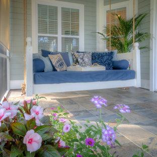 Idee per un grande portico stile marino nel cortile laterale con un portico chiuso, piastrelle e un tetto a sbalzo