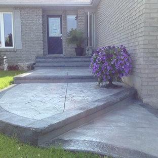 Foto de terraza tradicional, de tamaño medio, en patio delantero, con suelo de hormigón estampado