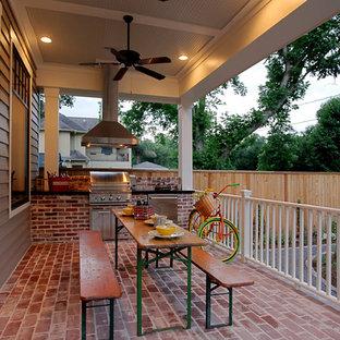 Inspiration pour un porche avec une cuisine extérieure arrière traditionnel de taille moyenne avec des pavés en brique et une extension de toiture.