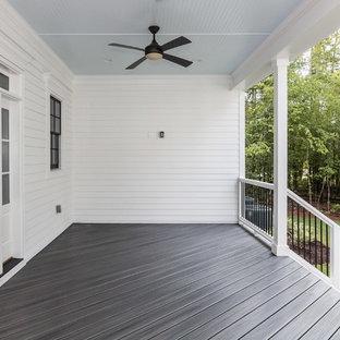 Ispirazione per un grande portico country dietro casa con pedane e un tetto a sbalzo