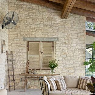 Foto di un patio o portico mediterraneo con un tetto a sbalzo