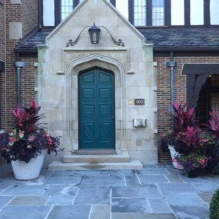 Idee per un piccolo portico vittoriano davanti casa con un giardino in vaso e pavimentazioni in cemento