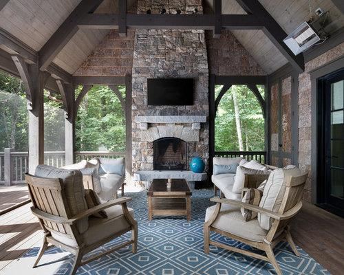 Wintergarten mit Shaggy Teppich und zwei Sofas, Kamin und vintage Stühlen