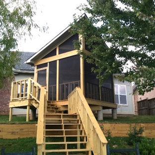Выдающиеся фото от архитекторов и дизайнеров интерьера: веранда среднего размера на заднем дворе в классическом стиле с крыльцом с защитной сеткой, настилом и навесом