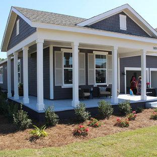 Idee per un grande portico stile marinaro davanti casa con un tetto a sbalzo