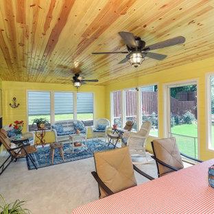 Ispirazione per un portico tradizionale di medie dimensioni e dietro casa con un portico chiuso e un tetto a sbalzo