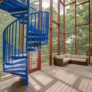 Idee per un grande patio o portico contemporaneo nel cortile laterale con un portico chiuso, pedane e un tetto a sbalzo