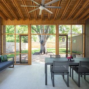 Cette photo montre un porche tendance avec une moustiquaire.