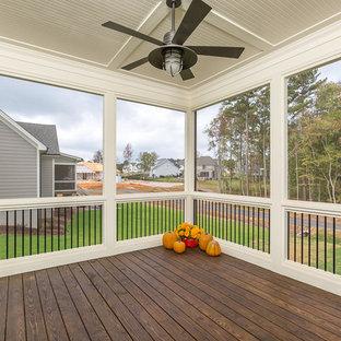 Ispirazione per un portico country di medie dimensioni e dietro casa con un portico chiuso, pedane e un tetto a sbalzo