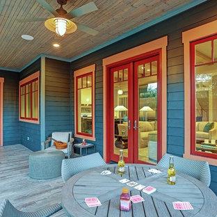 Foto di un portico american style di medie dimensioni e dietro casa con pedane e un tetto a sbalzo