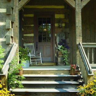 Esempio di un portico rustico di medie dimensioni e davanti casa con un giardino in vaso, pedane e un tetto a sbalzo