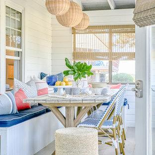Ispirazione per un piccolo portico costiero con un portico chiuso e un tetto a sbalzo