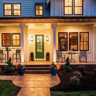 Idee per un portico country di medie dimensioni e davanti casa con cemento stampato e un tetto a sbalzo