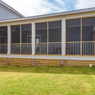 Esempio di un grande portico country nel cortile laterale con un portico chiuso, pedane e un tetto a sbalzo