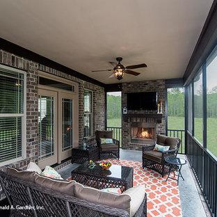 Esempio di un grande portico stile americano dietro casa con un portico chiuso e un tetto a sbalzo
