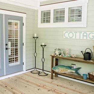 Idee per un piccolo portico american style nel cortile laterale con un portico chiuso e un tetto a sbalzo