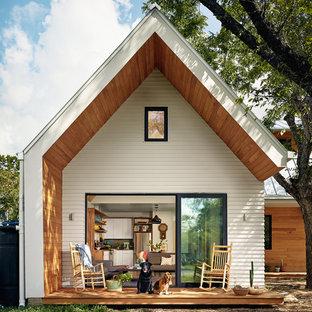 Esempio di un piccolo portico scandinavo dietro casa con pedane e un tetto a sbalzo