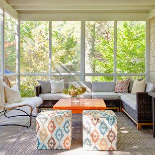 Ispirazione per un portico classico di medie dimensioni e dietro casa con un portico chiuso, pedane e un tetto a sbalzo