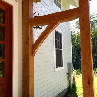 Esempio di un piccolo portico american style davanti casa con pedane