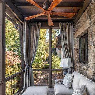 Idee per un portico mediterraneo di medie dimensioni e dietro casa con un portico chiuso, pedane e un tetto a sbalzo