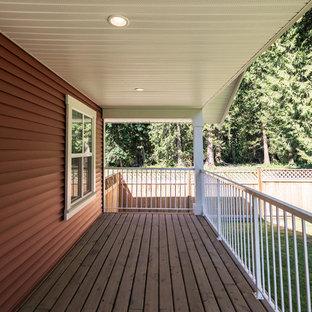 Foto di un piccolo portico classico nel cortile laterale con pedane e un tetto a sbalzo