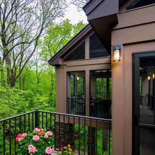 Diseño de porche cerrado clásico renovado, grande, en patio trasero y anexo de casas, con entablado
