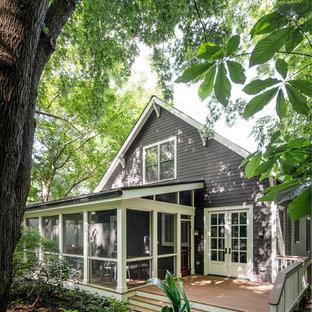 Imagen de porche cerrado clásico renovado, grande, en patio trasero y anexo de casas, con entablado