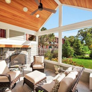 Diseño de porche cerrado clásico renovado, de tamaño medio, en patio trasero y anexo de casas, con suelo de baldosas
