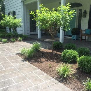 На фото: веранда среднего размера на переднем дворе в средиземноморском стиле с покрытием из декоративного бетона и навесом с