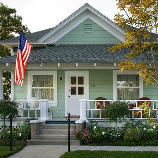 Immagine di un patio o portico vittoriano di medie dimensioni e davanti casa con pedane e un tetto a sbalzo