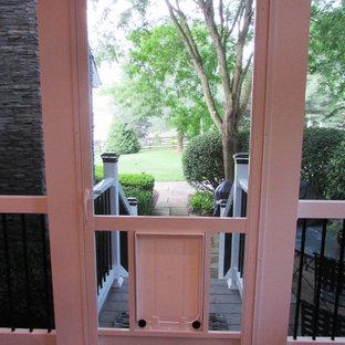 Esempio di un portico classico di medie dimensioni e dietro casa con un portico chiuso e un tetto a sbalzo