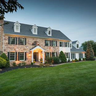 Immagine di un portico minimal di medie dimensioni e davanti casa con pavimentazioni in pietra naturale e un tetto a sbalzo