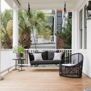 Überdachte Klassische Veranda im Vorgarten mit Dielen in Charleston