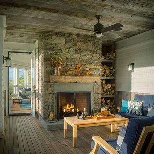 Foto på en rustik innätad veranda