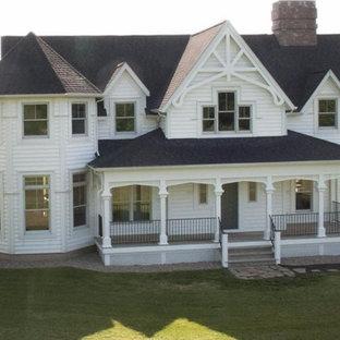 Idee per un grande portico vittoriano davanti casa con pedane e un tetto a sbalzo