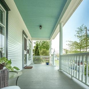Ispirazione per un portico vittoriano di medie dimensioni e davanti casa con lastre di cemento e un tetto a sbalzo