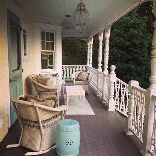 Foto di un portico vittoriano di medie dimensioni e davanti casa con pedane e un tetto a sbalzo