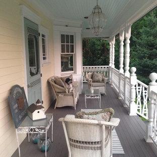 Idee per un portico vittoriano di medie dimensioni e davanti casa con pedane e un tetto a sbalzo