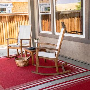 Foto de terraza tradicional, de tamaño medio, en patio trasero y anexo de casas, con losas de hormigón