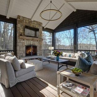 Inredning av en klassisk innätad veranda, med trädäck och takförlängning