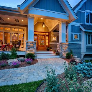 Ispirazione per un grande portico american style davanti casa con pedane e un tetto a sbalzo