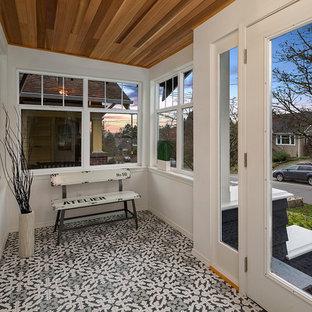 Imagen de porche cerrado tradicional renovado, en patio delantero y anexo de casas, con suelo de baldosas