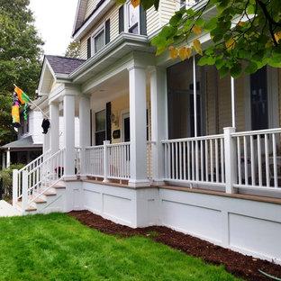Immagine di un patio o portico chic di medie dimensioni e davanti casa con un portico chiuso, pedane e un tetto a sbalzo
