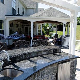 Ispirazione per un ampio portico contemporaneo dietro casa con pedane e un tetto a sbalzo